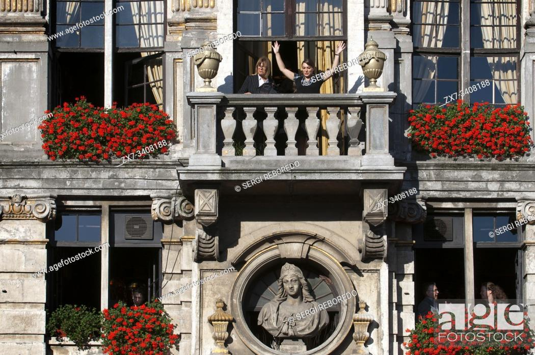 Imagen: Some balconies of Le Pigeon in La Grand Place, Brussels. La Chaloupe D'Or - The Golden Boot restaurant in Grote Markt (The Grand Place) in central Brussels.