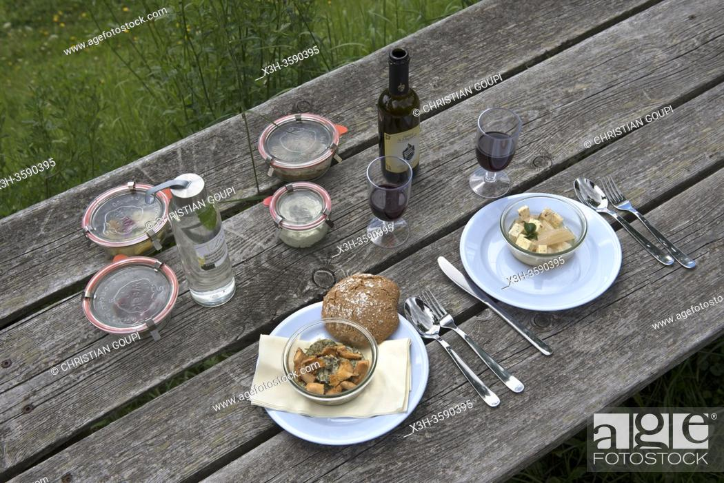 Stock Photo: pique-nique prepare par le chef etoile Chris Oberhammer du Restaurant Tilia a Dobbiaco, dispose sur une table dans un pre au-dessus du hameau Santa-Maria.