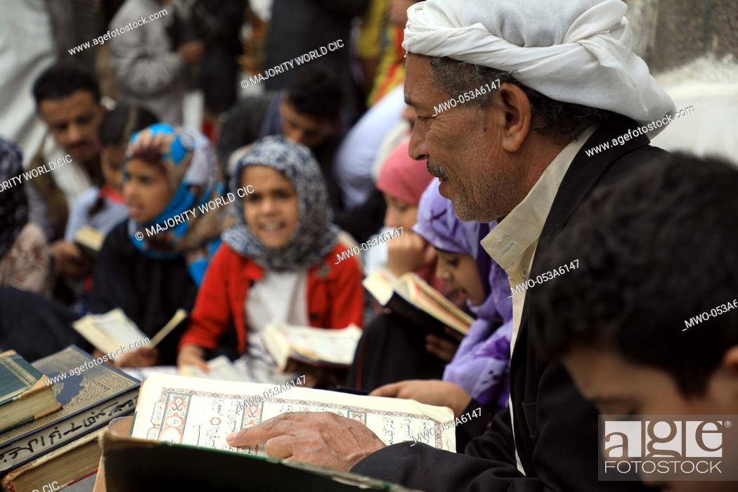 Imagen: Yemeni Muslim youths gather and read the holy Koran at the Al-Kabir Mosque in the old city of Yemen's capital Sanaa, during the holy fasting month of Ramadan on.