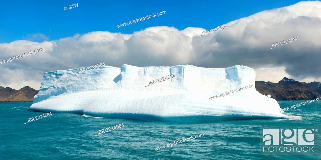 Imagen: Iceberg at the entrance of King Edward Cove, Grytviken, Cumberland Bay, South Georgia, Antarctica.