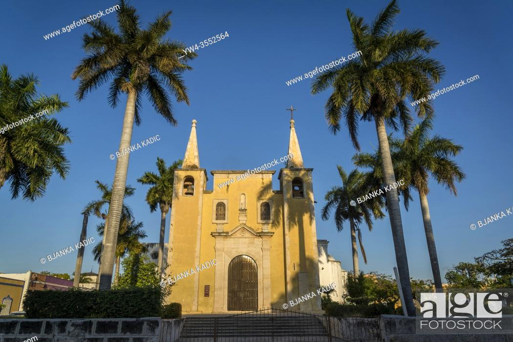 Photo de stock: Sunlit facade of the Santa Ana Church, Merida, Yucatan, Mexico.