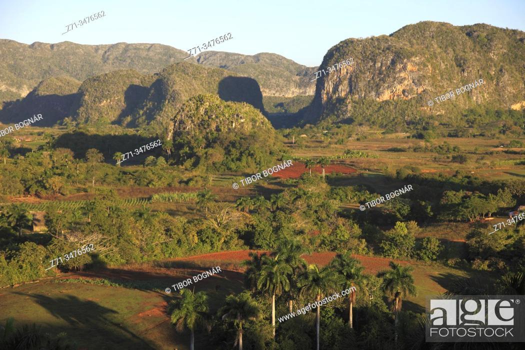 Imagen: Cuba, Vinales Valley, Valle de Vinales, mogotes, limestone cliffs, .