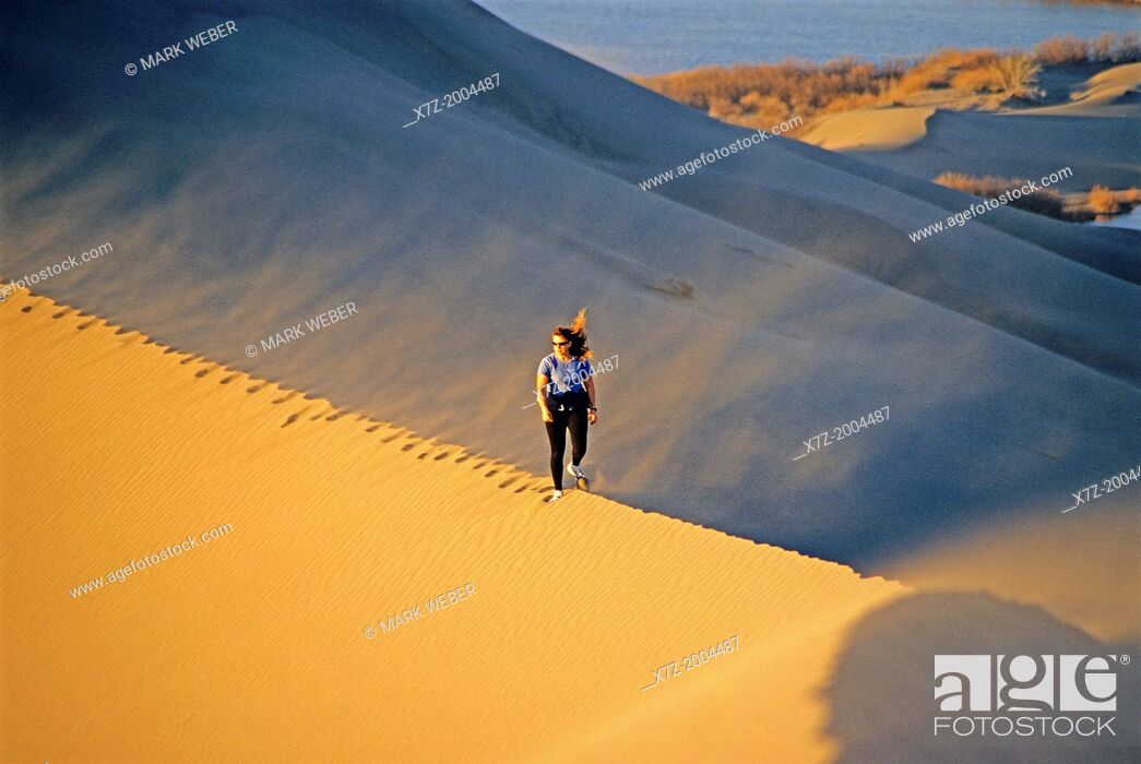 Imagen: hiking the Bruneau Dunes during sunset at Bruneau Dunes State Park near the town of Bruneau in southern Idaho.