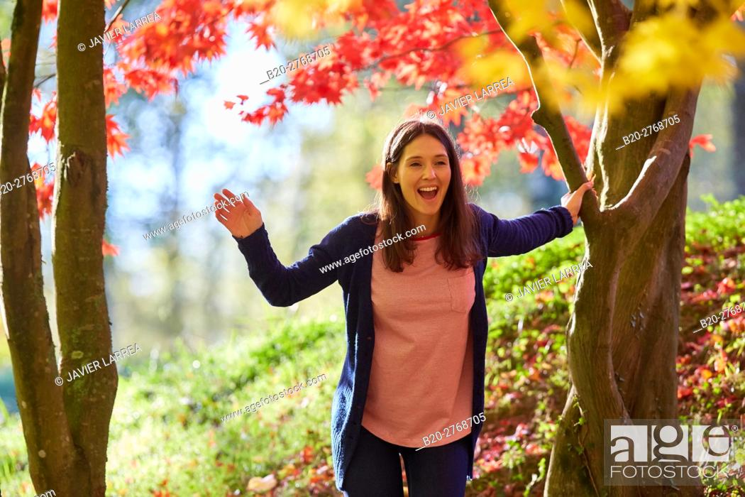 Imagen: Woman in the forest, Trees in Autumn, Pagoetako Parke Naturala, Pagoeta Natural Park, Aya, Gipuzkoa, Basque Country, Spain.
