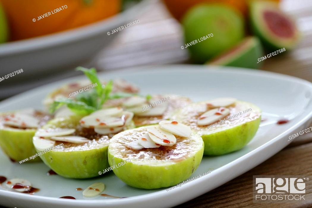 Imagen: Sliced figs with almond sheets and Pedro Ximenez wine reduction.