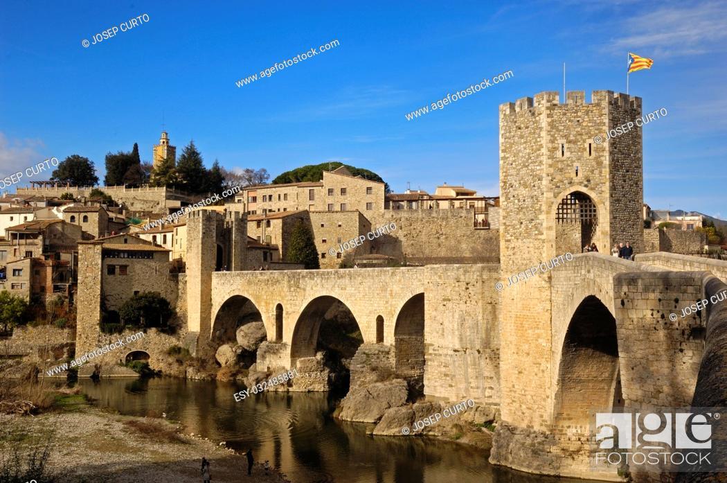 Imagen: medieval bridge and village of Besalú in La Garrotxa, Girona, Spain.