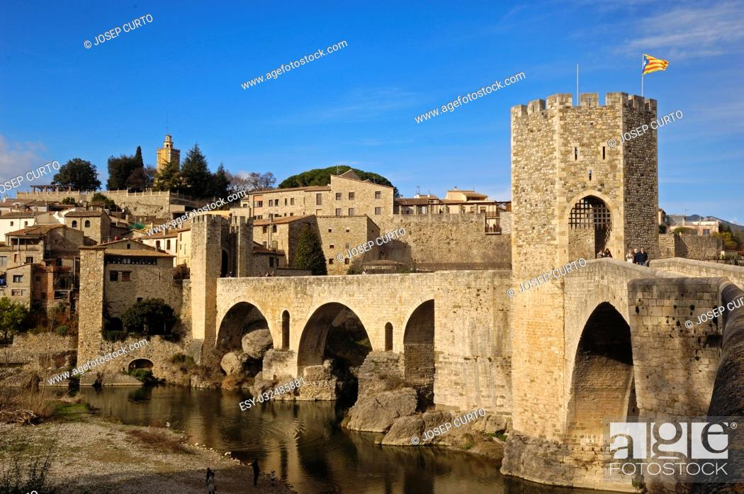 Photo de stock: medieval bridge and village of Besalú in La Garrotxa, Girona, Spain.