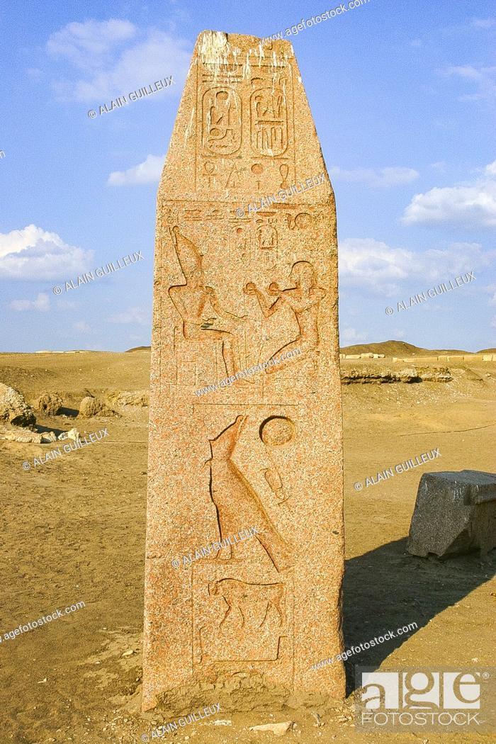 Imagen: Egipto, Delta del Nilo, Tanis, exposición de varios artefactos antiguos: Parte superior de un obelisco, con una parte del nombre de Horus de un rey.