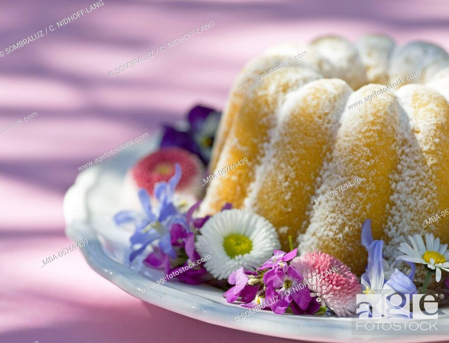 Photo de stock: Gugelhupf (cake) with blossoms, detail.