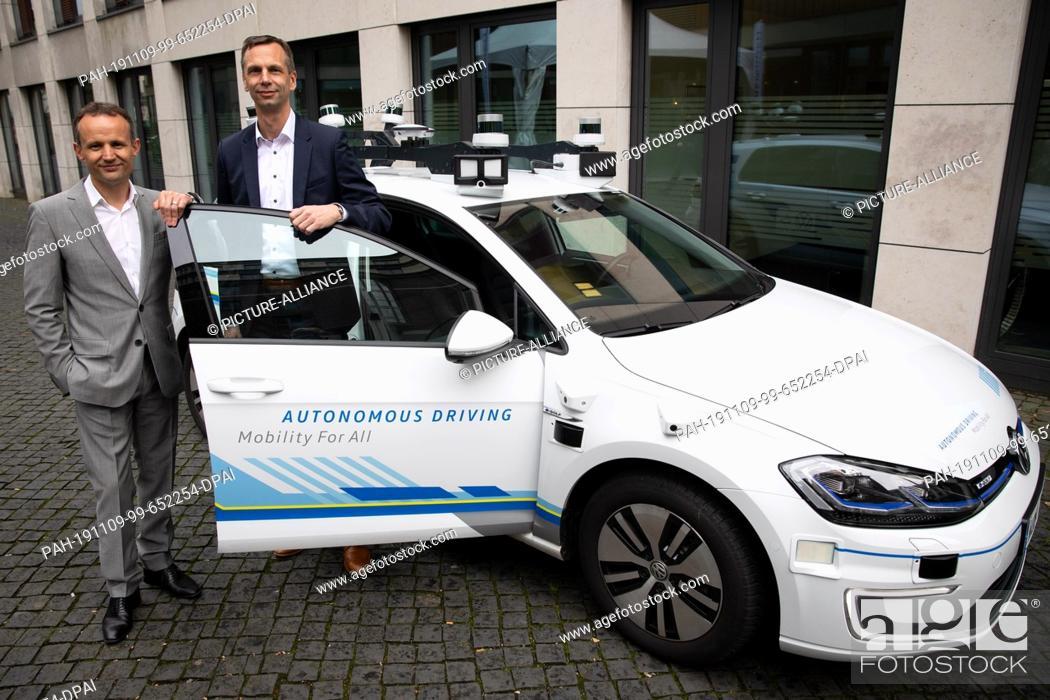 Stock Photo: 06 November 2019, Hamburg: Alexander Hitzinger (l), Group Manager for Autonomous Driving at Volkswagen, and Helge Neuner.