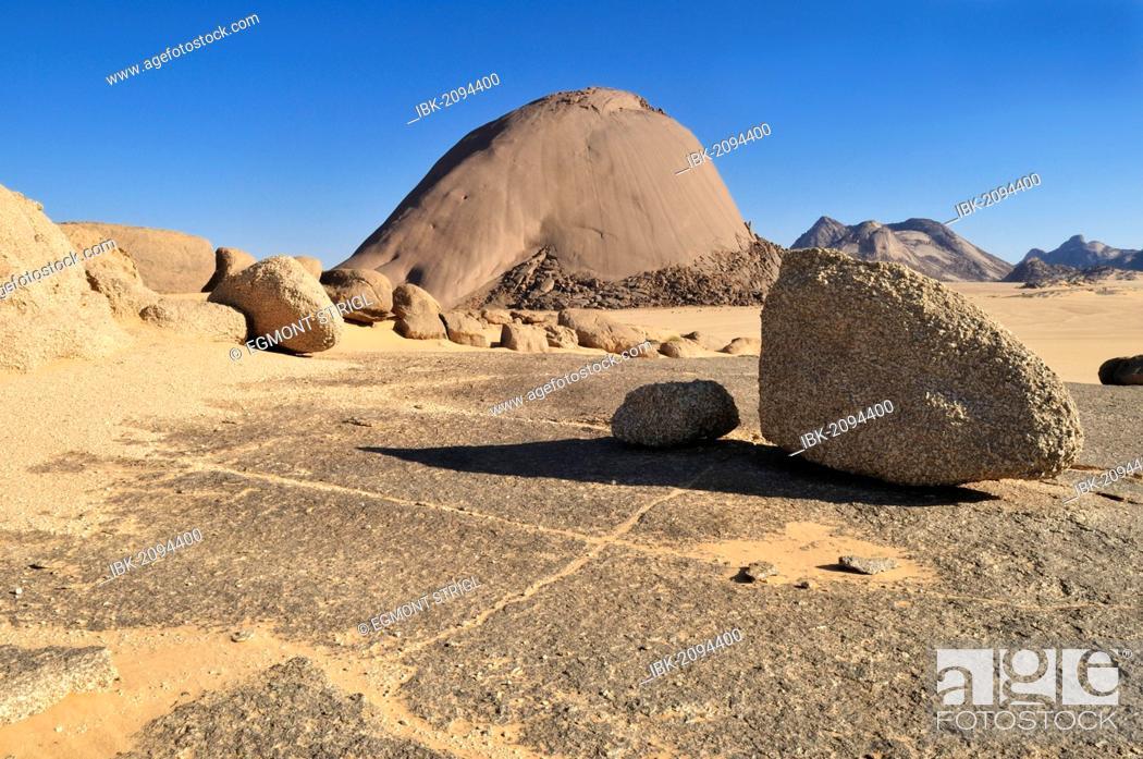 Stock Photo: Huge granite dome at Tehenadou, Adrar n'Ahnet, Adrar Ahnet, Algeria, Sahara, North Africa.