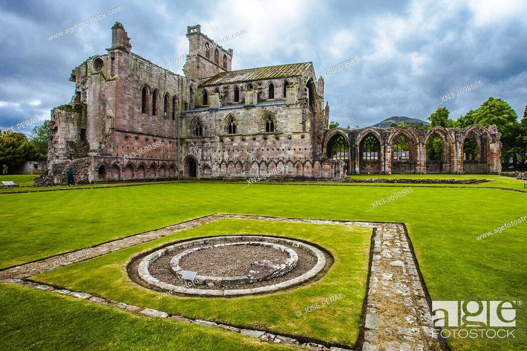 Photo de stock: St Mary's Abbey, Melrose Abbey, ruined monastery of the Cistercian order, Melrose, Scottish Borders, Scotland, United Kingdom, Europe.