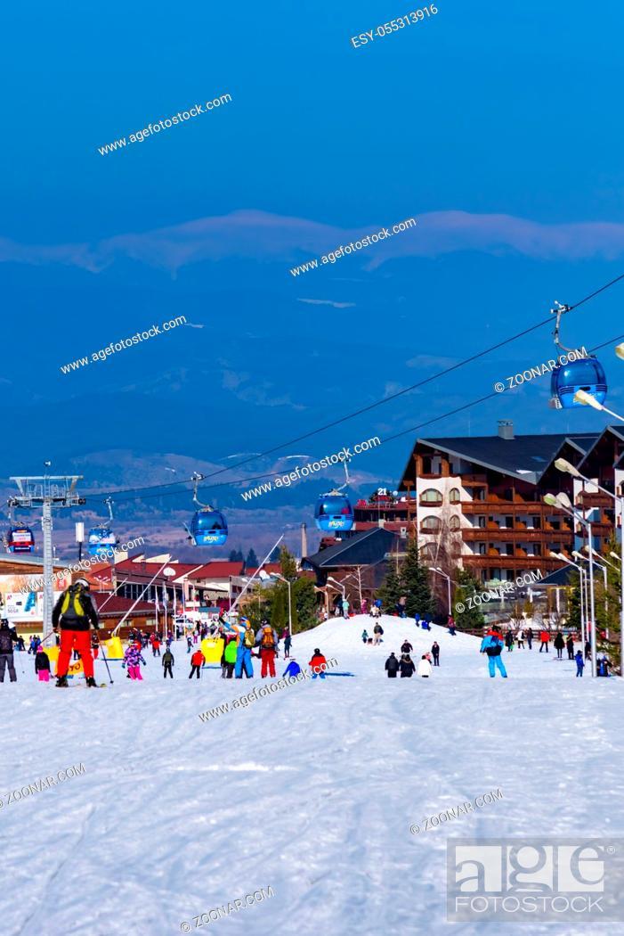 Photo de stock: Bansko, Bulgaria - February 14, 2019: Winter ski resort Bansko, ski slope, people skiing and mountains view.