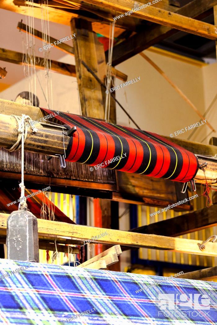 Imagen: machinery looms weaving tartan clothe. Edinburgh Scotland Uk.