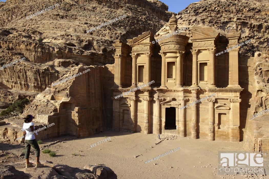Imagen: Girl looking at El Deir (or Monastery), Petra, Jordan.