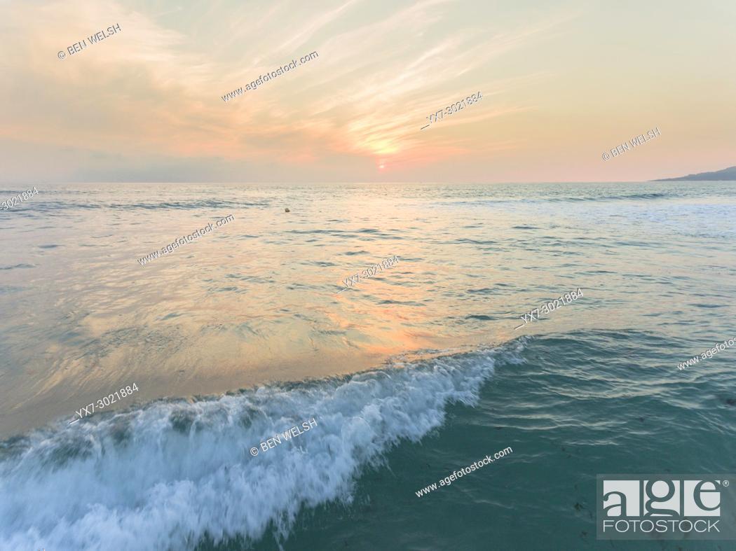 Imagen: Atlantic ocean sunset, Tarifa, Costa de la Luz, Cadiz, Andalusia, Southern Spain.