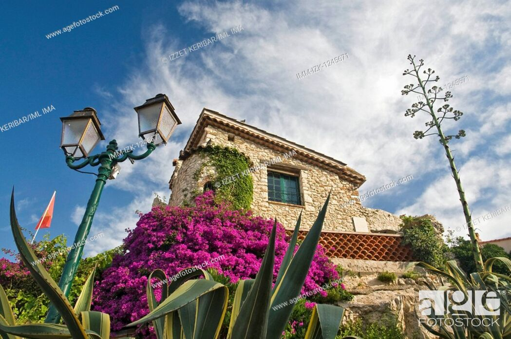 Stock Photo: Picturesque view of a building in the old town of Antibes. Old town, Antibes, Provence-Alpes-Cote d'Azur, France, Europe.