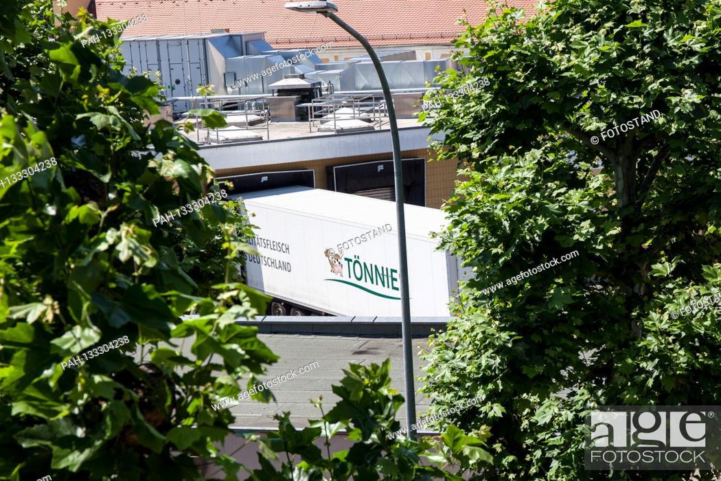 Stock Photo: Bamberg, Germany June 23, 2020: Symbolic images - Coronavirus - 06/23/2020 Toennies trucks in the Schlaughshof Bamberg, at the loading ramp, | usage worldwide.