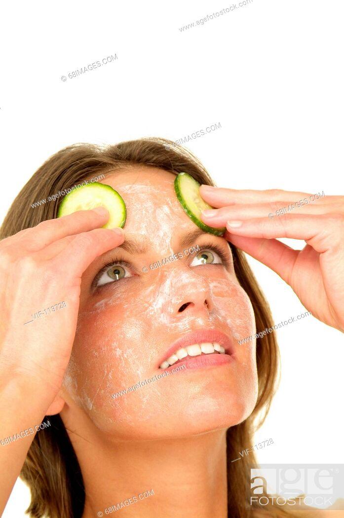Imagen: Junge Frau bei der Gesichtspflege - Gurkenmaske - K°rperpflege - wellness / Studioaufnahmen / *Model Released* / eingebettetes Farbprofil: ECI-RGB.