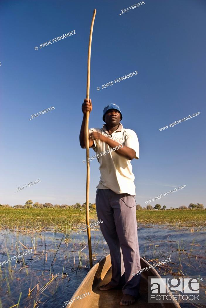 Imagen: A mokoro is a boat made out of wood in the old times and of fiberglass nowadays, in wich kavango people travels in the Okavango Delta through the channels made.