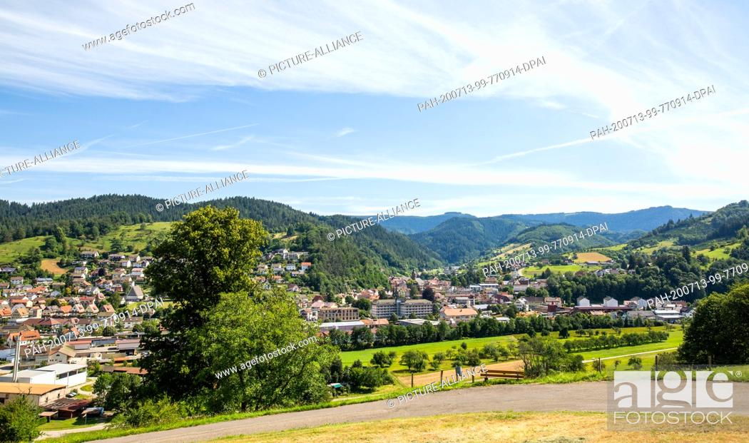 Imagen: 13 July 2020, Baden-Wuerttemberg, Oppenau: The village of Oppenau is surrounded by mountains and forests in a valley. Since the morning.