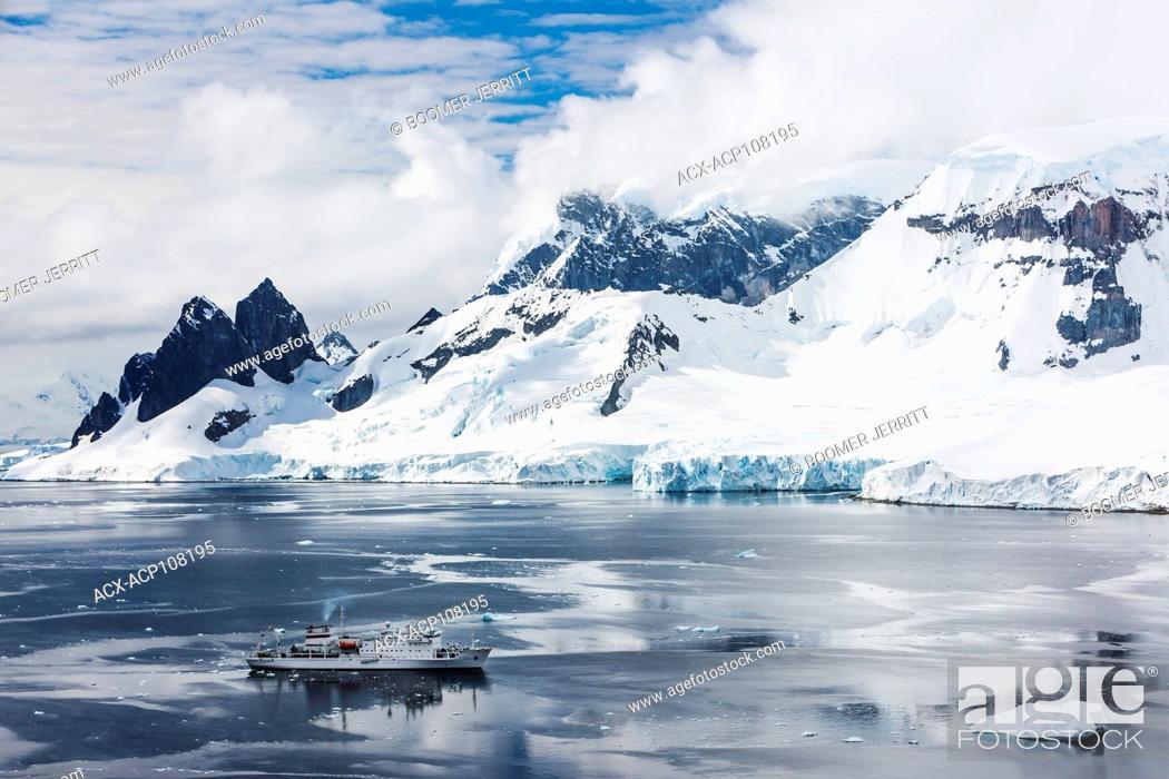 Imagen: Akademic Sergey Vavilov anchors along the Danco Coast while exploring the antarctic Peninsula, Danco, Antarctic Peninsula, Antarctica.