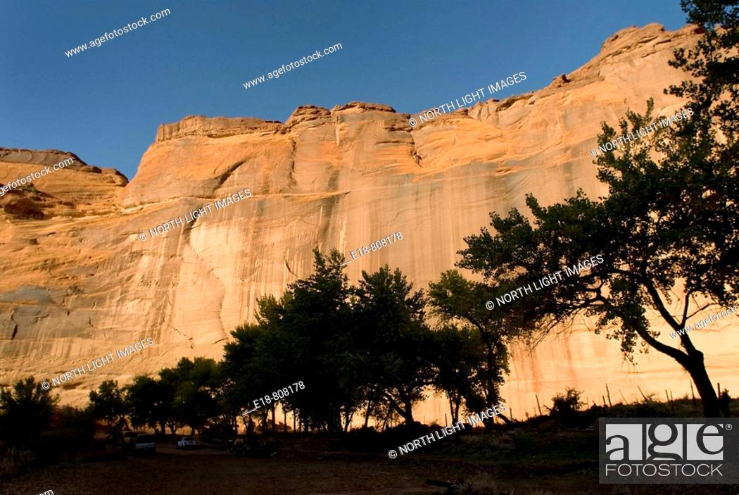 Imagen: USA, Arizona, Chinle  Canyon de Chelly National Monument in the Navajo Indian Reserve  View of sandstone cliffs from the bottom of the canyon.