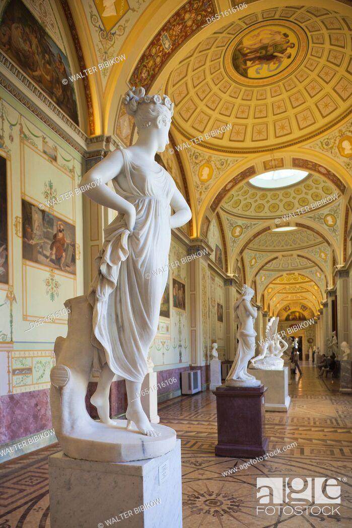 Photo de stock: Russia, Saint Petersburg, Center, Winter Palace, Hermitage Museum, statue of a Dancer by Antonio Canova.