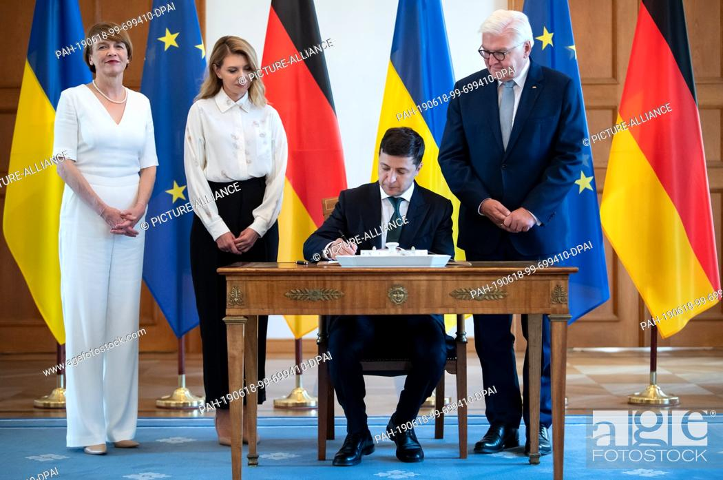 Imagen: 18 June 2019, Berlin: Volodymyr Selensky (2nd from right), President of Ukraine, signs the guest book in the presence of his wife Olena Selenska (2nd from left).