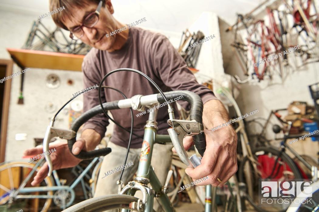 Imagen: A technician restoring a vintage bicycle.