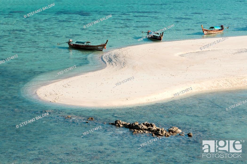 Imagen: The famous white strip of sand, part of sunrise beach, on Ko Lipe, Thailand.