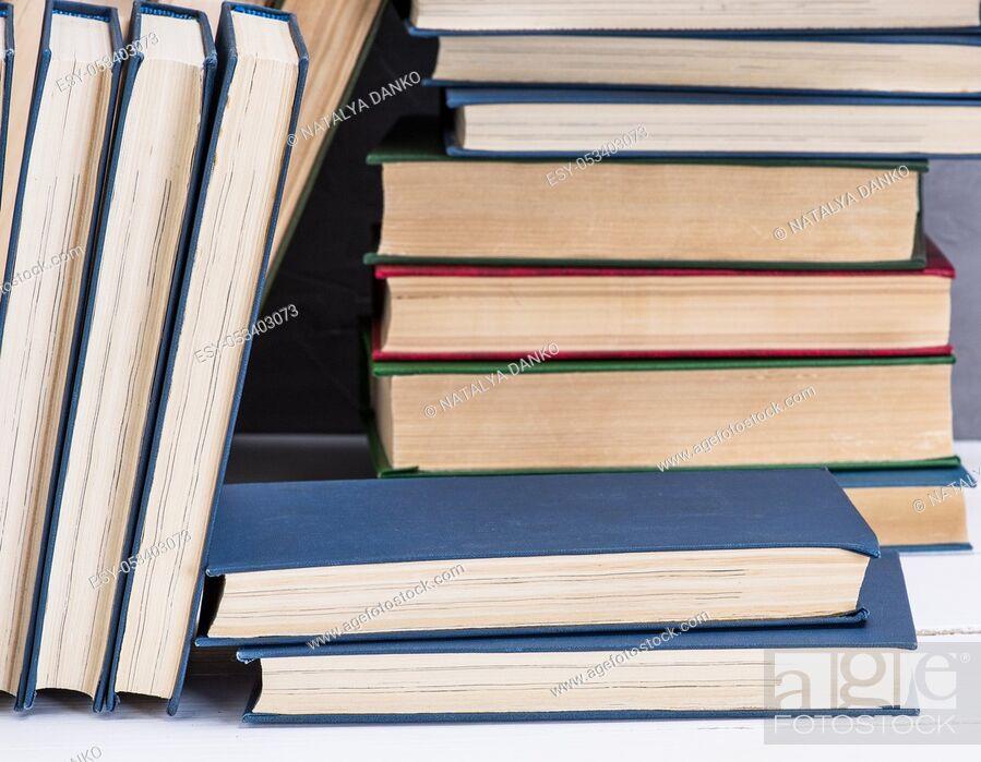 Imagen: bookshelf, full frame, close up.