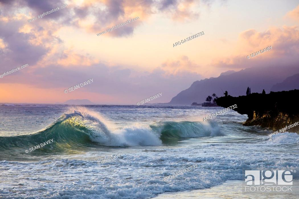 Imagen: A wave breaking toward shore during sunrise at Pounder's Beach, on the East side of Oahu, Hawaii.