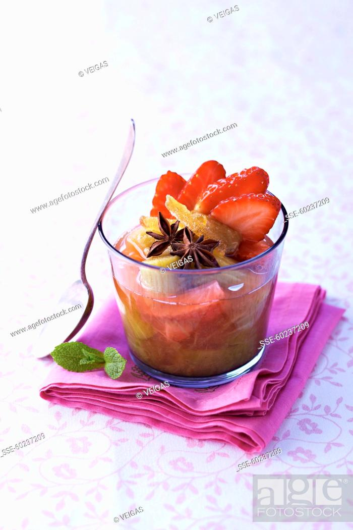 Imagen: Rhubarb and strawberry soup with star anise and candied ginger.
