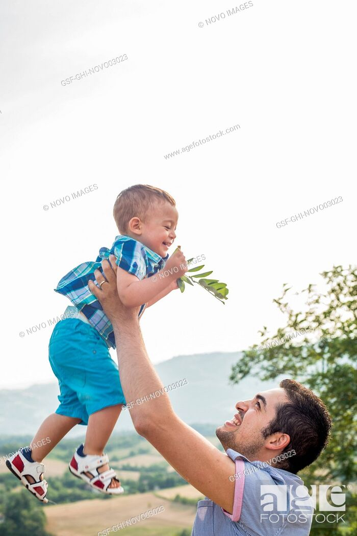 Imagen: Father Lifting Son in Air.
