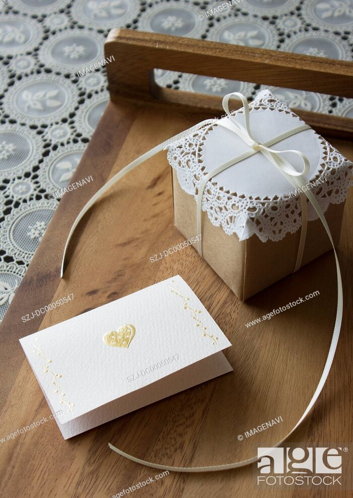 Imagen: Message card and a gift box.