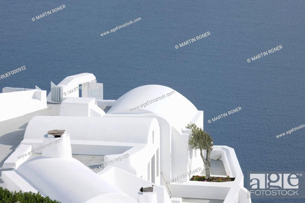 Stock Photo: Greece, Whitewashed house with sea in background at Oia.
