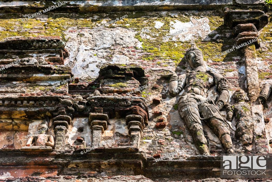 Stock Photo: Sculpture made of brick and stucco on the outer walls of Lankatilaka Image House, Alahana Pirivena Monastery Complex built by the King Parakramabahu the Great.