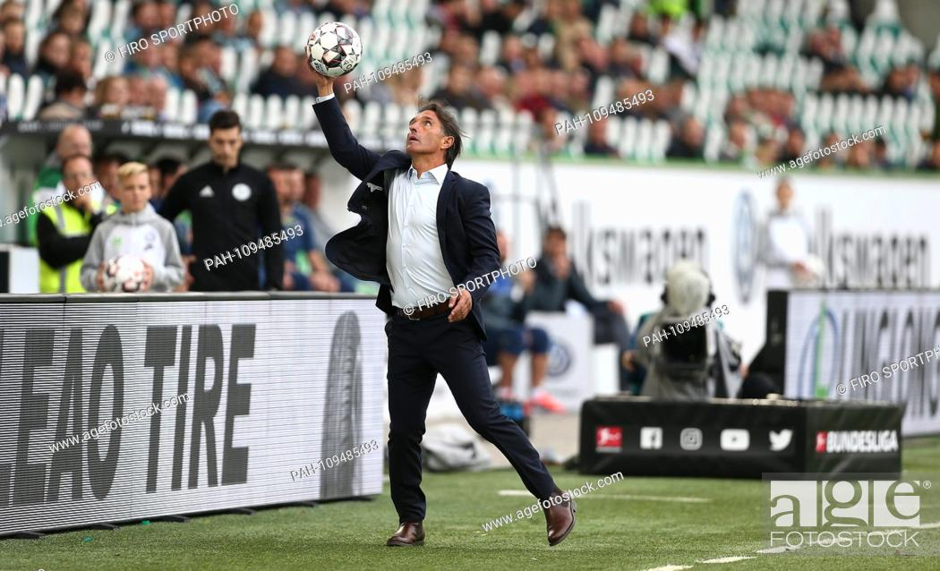 Imagen: firo: 22.09.2018 Football, 1. Bundesliga, Season 2018/2019 VFL Wolfsburg - SC Freiburg (1-3) Wolfsburg, coach, Bruno Labbadia, fang Ball | usage worldwide.