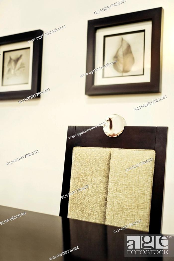 Photo de stock: Chair and a table in a dining room.