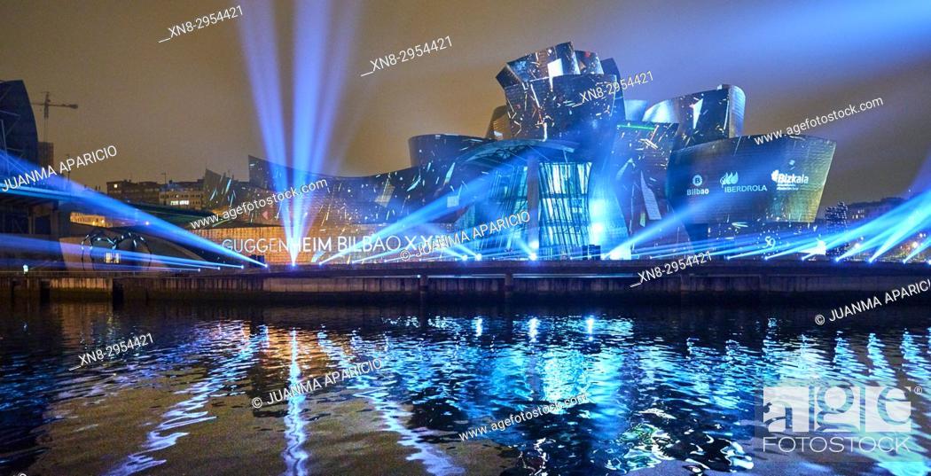 Imagen: Bilbao, Spain. 11th Oct, 2017. Reflections, Spectacular Light over Guggenheim museum facade by Leo Warner.