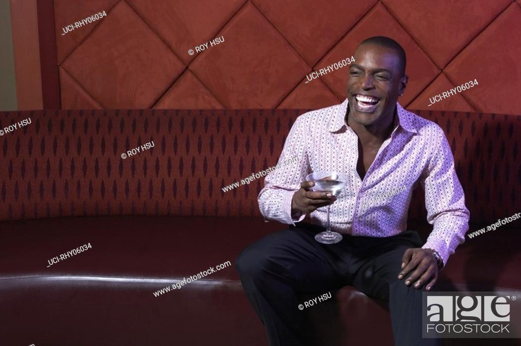 Imagen: African american man sitting at nightclub.