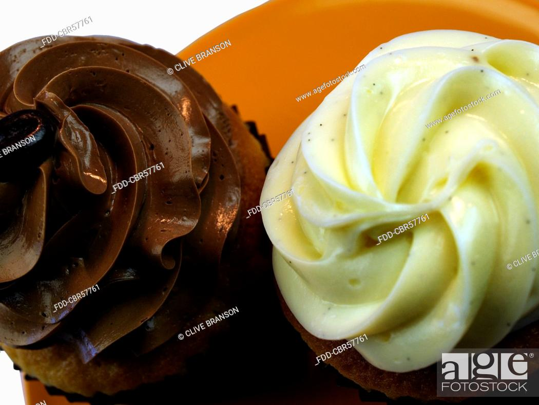 Imagen: Banana And Chocolate Cupcakes On Plate In Studio.