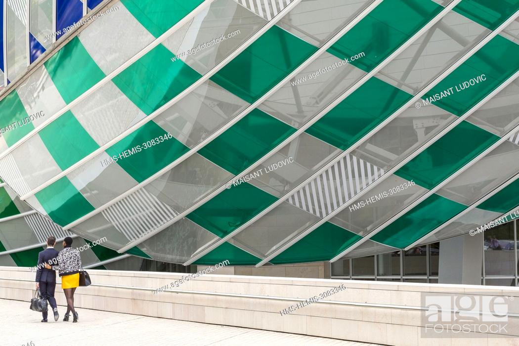 Imagen: France, Paris, Bois de Boulogne, Acclimatization Garden, Mahatma Gandhi Avenue, Louis Vuitton foundation, designed by Frank Gehry (inaugurated in 2014) with a.