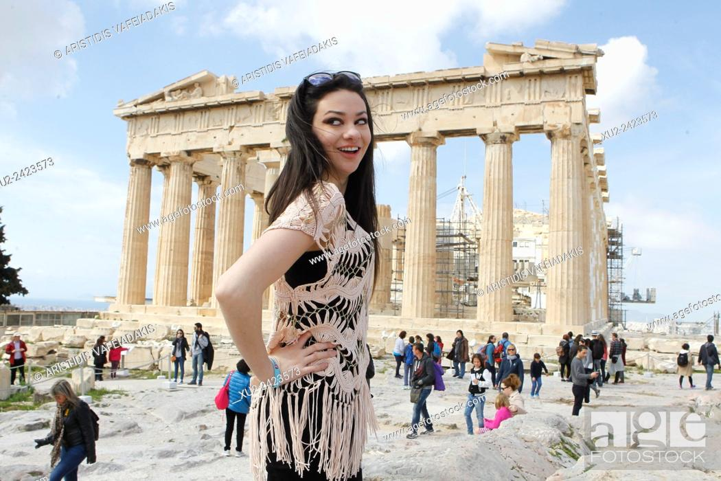Imagen: Actress, singer, and antibullying spokesperson, Meredith O'Connor visits Acropolis. Meredith's visit in Greece is part of her worldwide anti-bullying school.