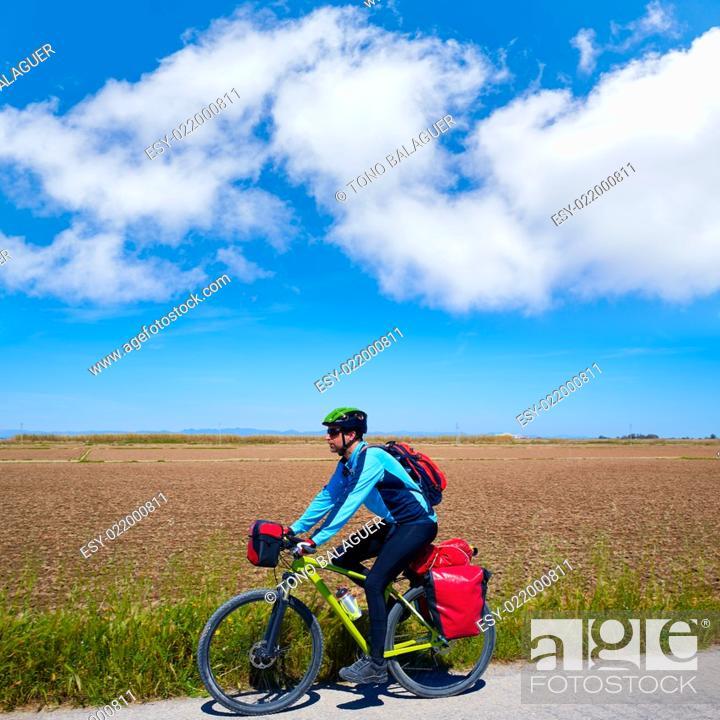 Imagen: MTB Biker Bicycle touring with pannier racks and saddlebag.