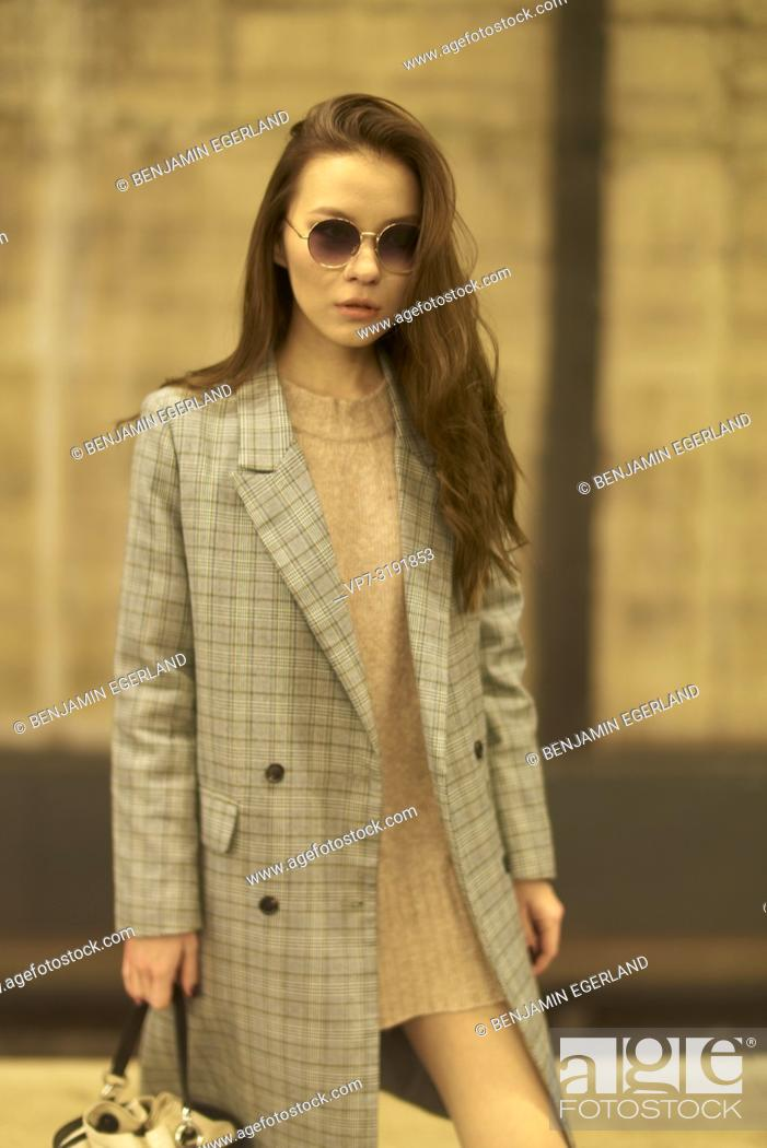 Imagen: Fashionable woman on the street. Munich, Bavaria, Germany.