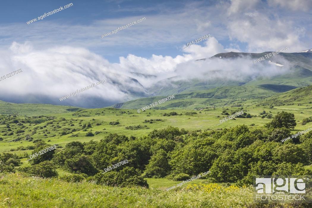 Imagen: Armenia, Saralan, Zangezur Mountains, mountain fog, summer.