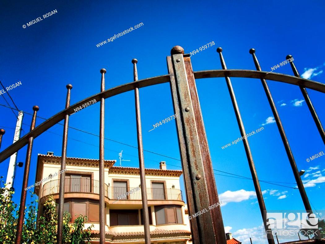 Imagen: Exterior of a house located off the Laguna de Gallocanta, Castellon, Valencia, Spain.