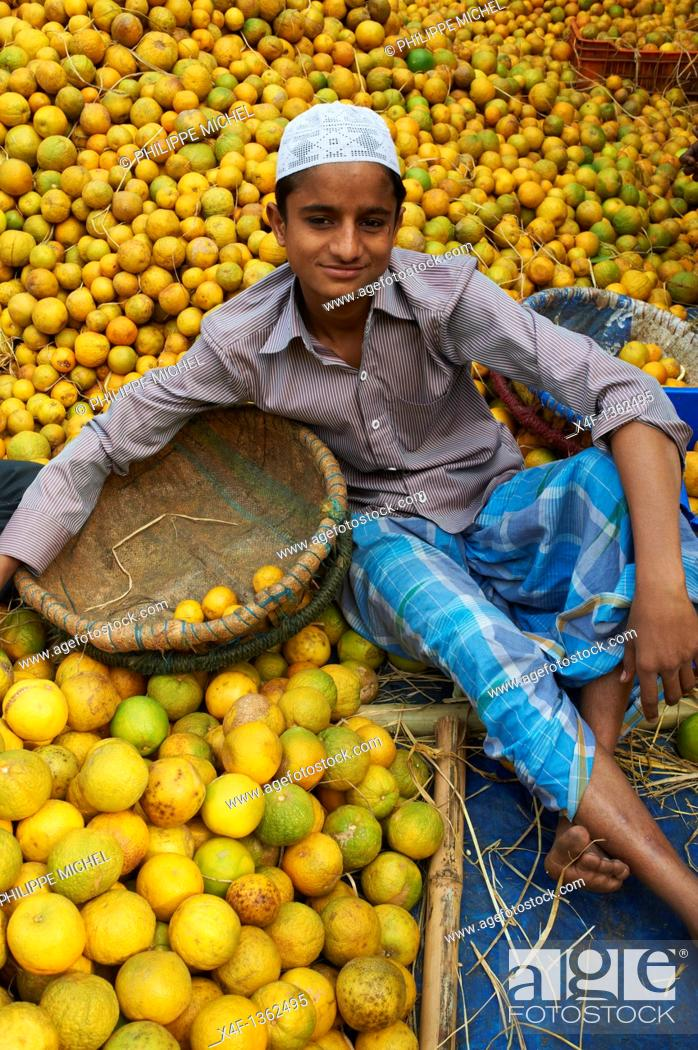 Stock Photo: India, West Bengal, Kolkata, Calcutta, fruit market.